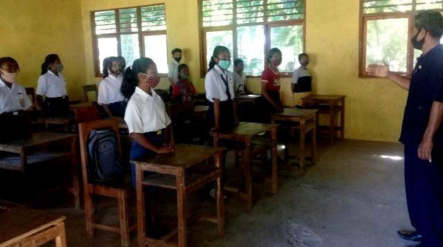 SMPN Weliman Tetap Terapkan Sistim Belajar Dari Rumah – Belajar Tatap Muka Terus Dilatih Agar Siswa Familiar Dengan Pemberlakuan Tatanan Baru di Sekolah
